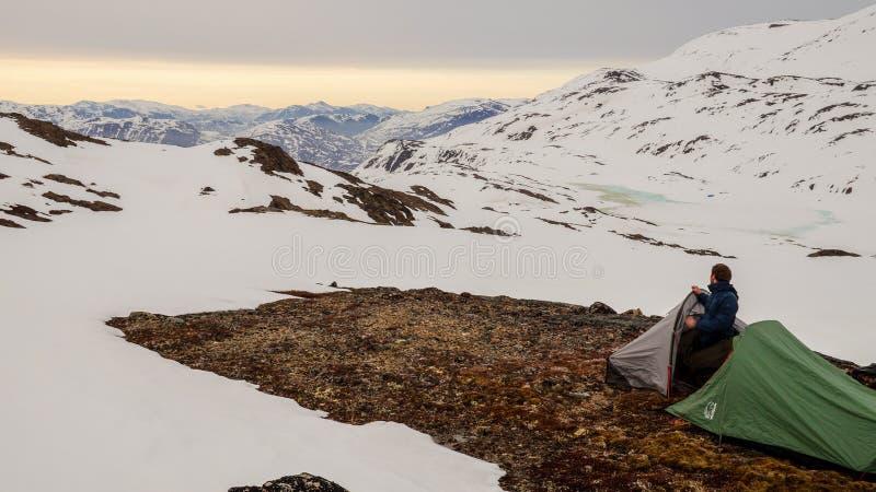 雪白色在北极圈足迹迁徙的路线的冬天风景在Kangerlussuaq和西西缪特之间在西部格陵兰 免版税库存图片