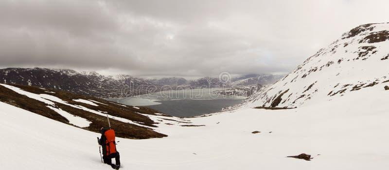 雪白色在北极圈足迹迁徙的路线的冬天风景在Kangerlussuaq和西西缪特之间在西部格陵兰 免版税图库摄影