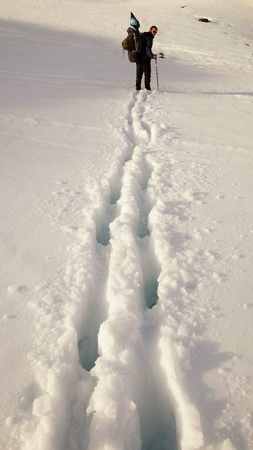 雪白色在北极圈足迹迁徙的路线的冬天风景在Kangerlussuaq和西西缪特之间在西部格陵兰 库存图片