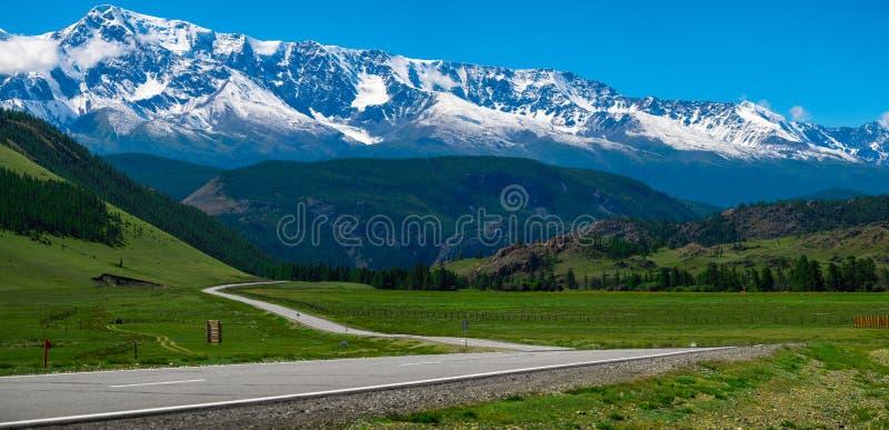 雪的全景加盖了山 库存图片