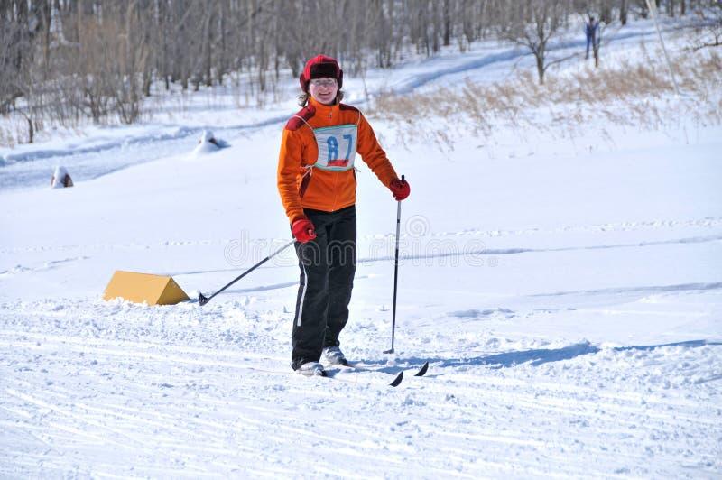 滑雪的女孩在森林里 免版税库存照片