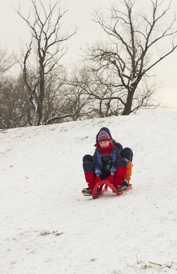 雪的愉快的孩子 库存图片