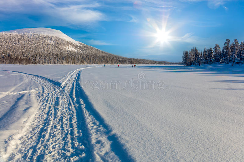 滑雪的足迹在美好的冬天区域和滑雪的人 免版税库存照片