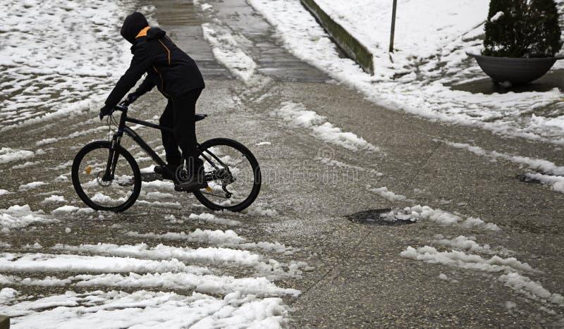 雪的骑自行车者 免版税库存图片