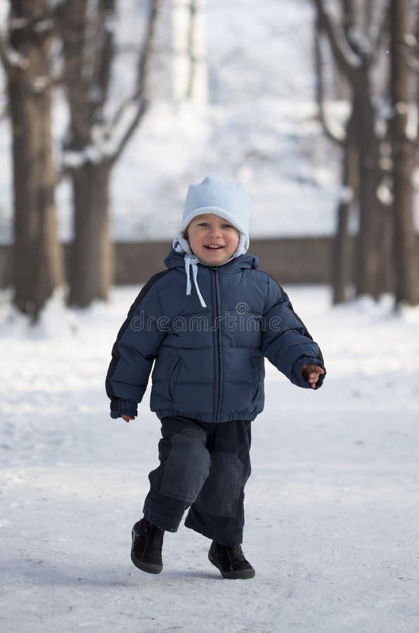 雪的年轻男孩 库存图片
