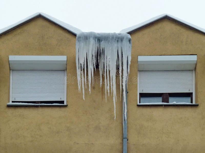 雪盖大厦的屋顶 库存照片