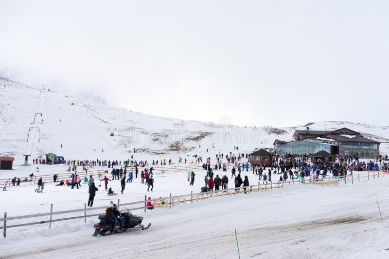 滑雪者享用雪在Kaimaktsalan滑雪中心,在希腊 rec 免版税库存图片