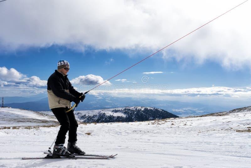 滑雪者享用雪在Kaimaktsalan滑雪中心,在希腊 rec 免版税库存照片