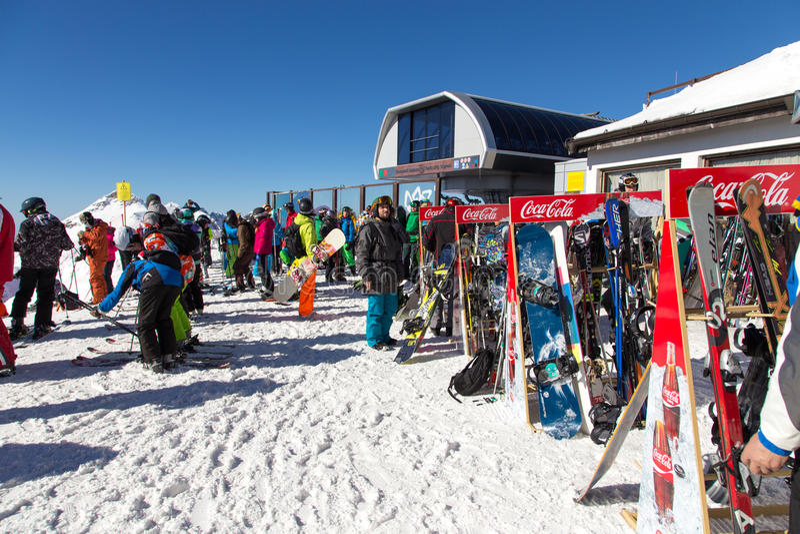 Download 滑雪者和挡雪板 罗莎Khutor滑雪胜地  索契 俄国 编辑类库存照片 - 图片 包括有 组塑, 运动员: 72356898