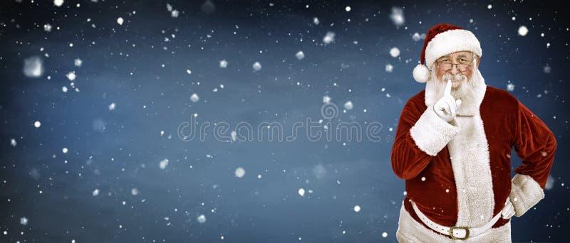 雪背景的真正的圣诞老人 免版税库存图片
