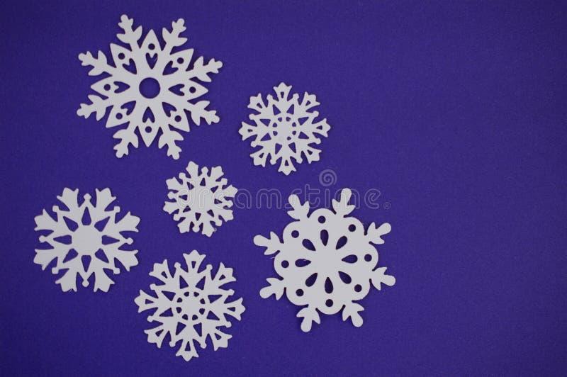 雪花在蓝色紫色背景的裁减出口 免版税库存图片