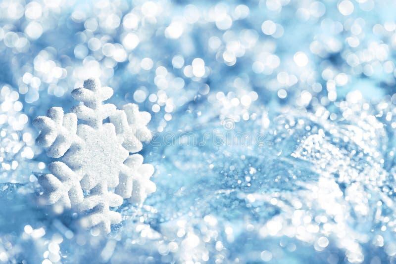雪花蓝色冰,雪剥落装饰,冬天光 图库摄影