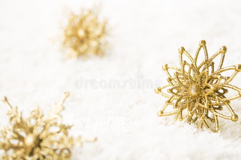 雪花金装饰,金黄闪闪发光圣诞节雪剥落 免版税库存图片