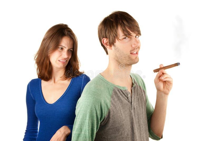 雪茄人起反应给妇女 免版税库存图片