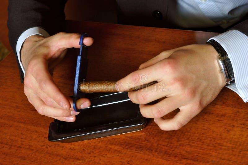 雪茄剪切人 免版税图库摄影