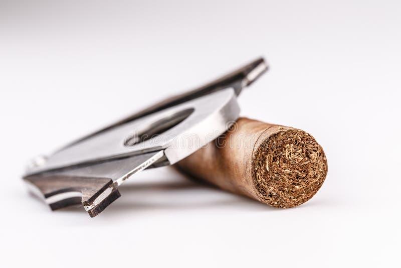 雪茄和切削刀在白色背景 免版税库存图片