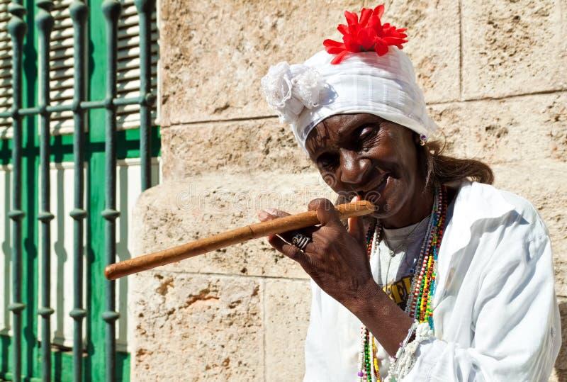 雪茄哈瓦那起皱纹的夫人老 免版税库存图片