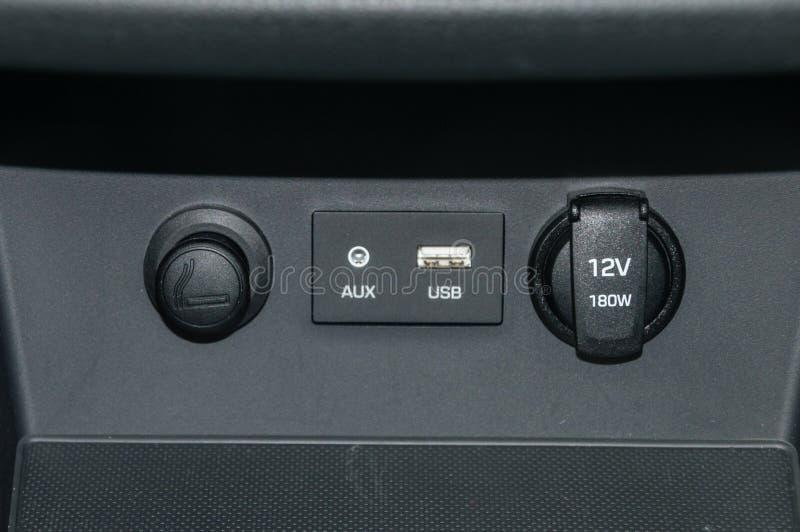 雪茄更轻的插口,辅助,USB和12V 180W插口在汽车 免版税库存照片