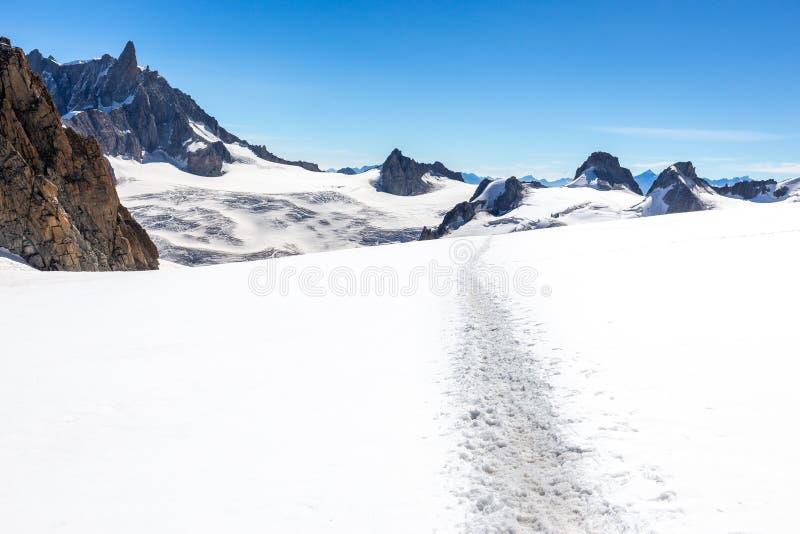 雪足迹小径阿尔卑斯峰顶视图风景,勃朗峰断层块 库存照片