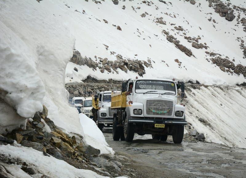 雪路在Manali,克什米尔,印度 库存图片