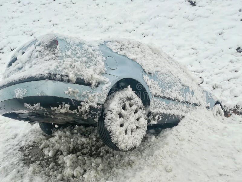 雪车祸滑倒了入垄沟 库存照片