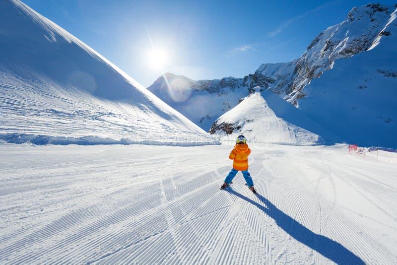 滑雪轨道滑雪视图的男孩从后面在索契 库存照片