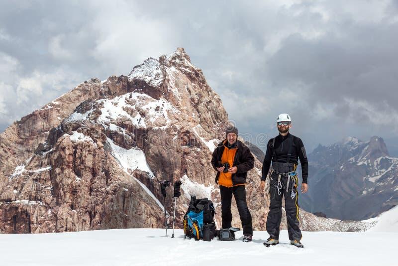 雪通行证的两个登山人 库存照片