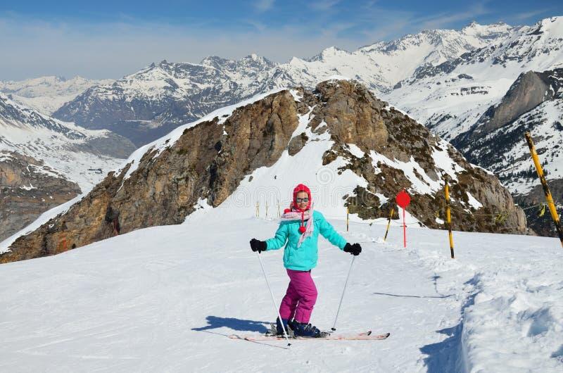 滑雪道的青年滑雪者 免版税库存照片
