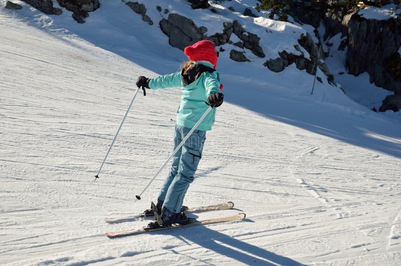 滑雪道的青年滑雪者 库存图片