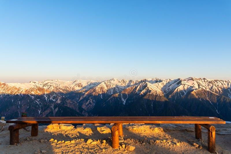 雪酷寒北风日本阿尔卑斯Chubu-Sangaku公园的山脉风景  库存照片