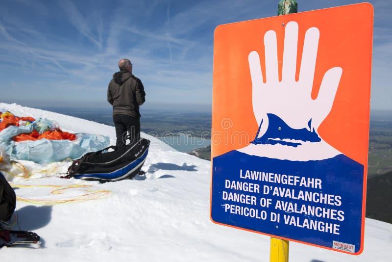 雪崩与水平的人的危险标志 库存照片