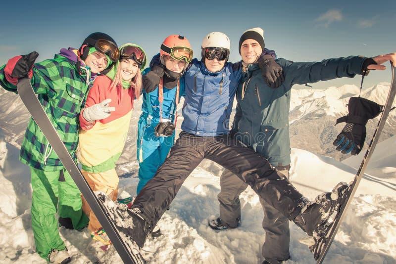 滑雪 体育妇女和人多雪的山的 免版税库存图片