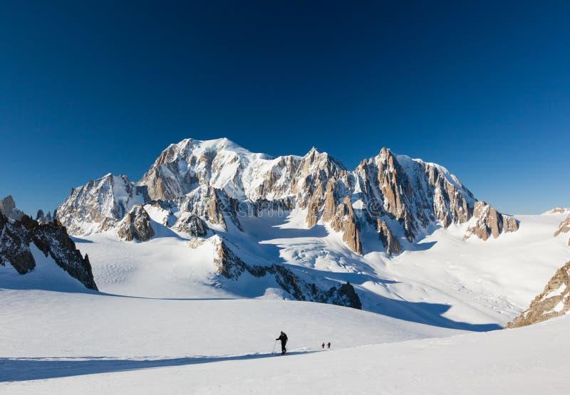 滑雪登山家登高Vallee布兰奇冰川 在backgroun 免版税库存图片