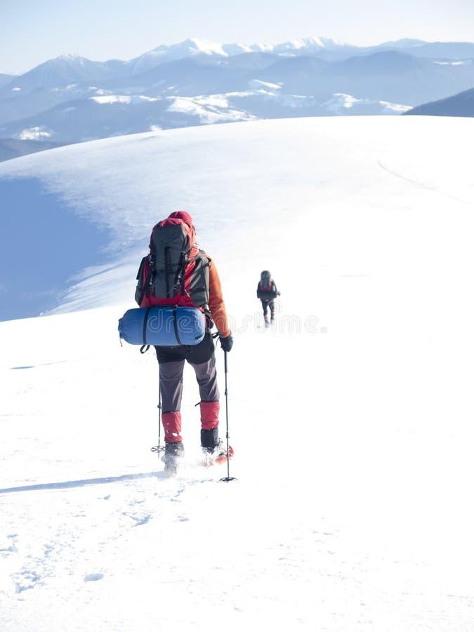 雪靴的人在山进来 库存图片