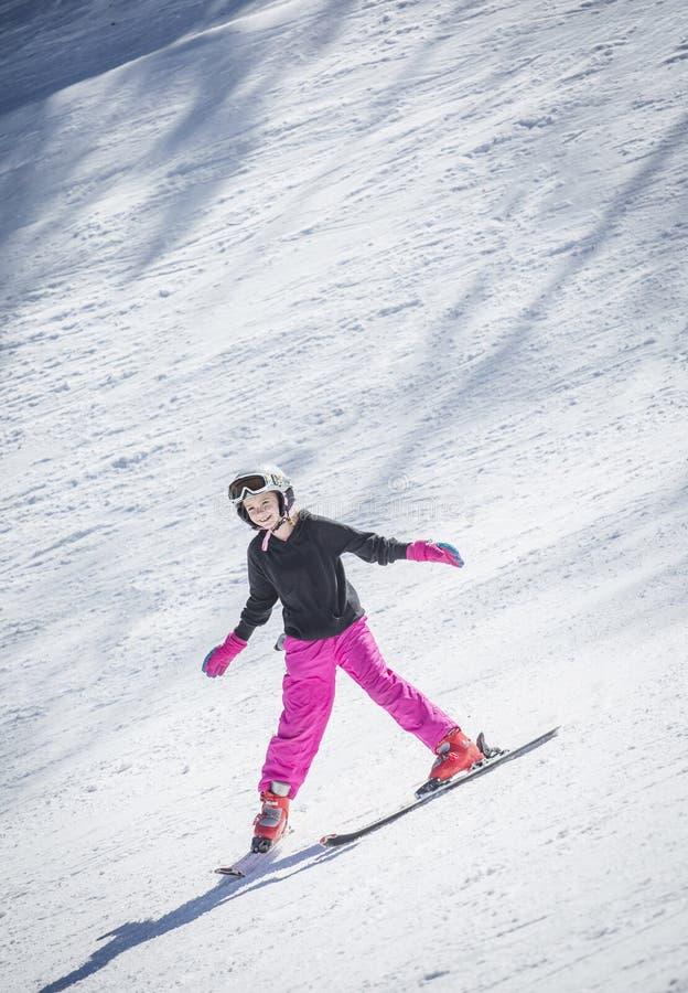 滑雪年轻的滑雪者下坡 免版税库存照片