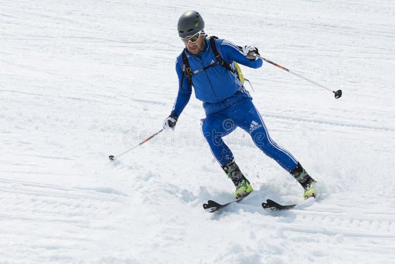 滑雪滑雪的登山家Avacha火山 合作种族滑雪登山亚洲人, ISMF,俄罗斯,堪察加冠军 免版税库存照片