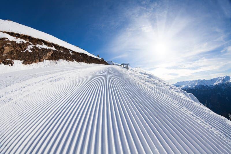 雪滑雪轨道晴朗的冬天风景在索契 库存照片
