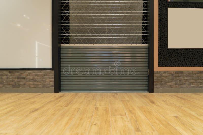 零售商店或商店关闭 木地板空间购物商场钢制卷帘门 没人 库存照片