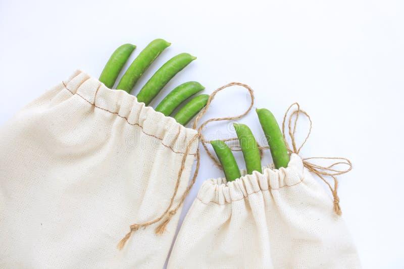 零的废概念,自由塑料购物的可再用的棉花袋子,豌豆,保存行星,eco样式生活,拷贝空间 免版税库存照片