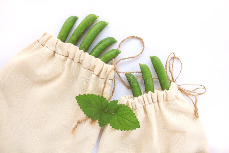 零的废概念,自由塑料购物的可再用的棉花袋子,豌豆,保存行星,eco样式生活,拷贝空间 库存图片