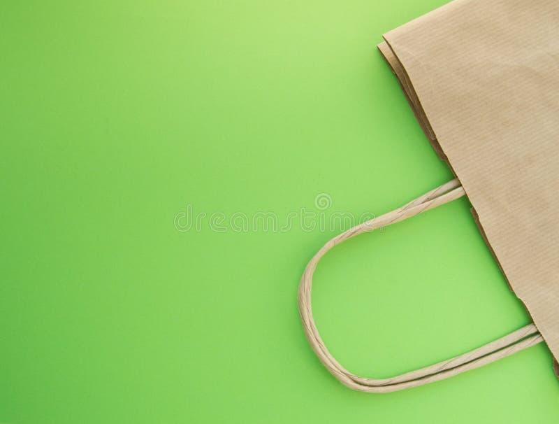零的废物,购物的可再用的纸袋,自由塑料,绿色背景,顶视图的概念 免版税库存图片