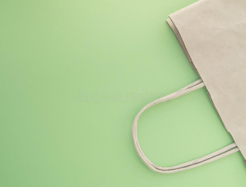 零的废物,购物的可再用的纸袋,自由塑料,绿色背景,顶视图的概念 库存图片