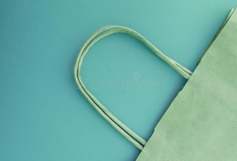 零的废物,购物的可再用的纸袋,自由塑料,绿色背景,顶视图的概念 免版税图库摄影