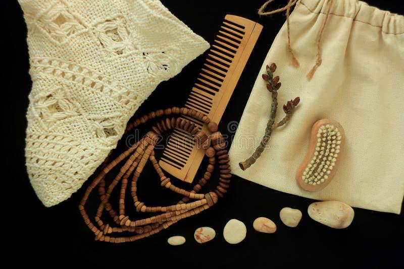 零的废物women& x27;s辅助部件、自然刷子、木头发梳子和小珠,草帽,可再用的棉花手工制造袋子 库存照片