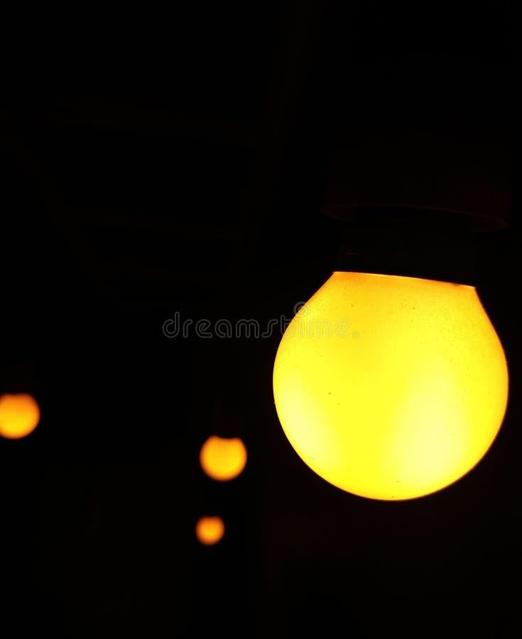 零的电黄色电灯泡使用了咖啡馆内部低灯摄影 免版税库存照片