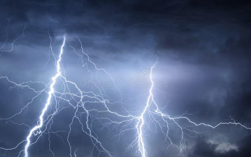 雷、闪电和雨在风雨如磐的夏夜 免版税库存照片