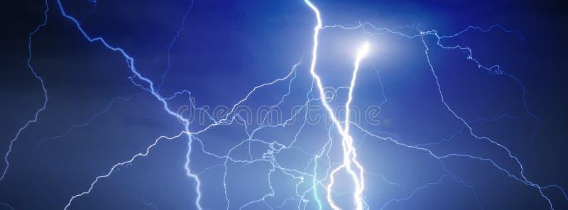 雷、闪电和雨 免版税图库摄影