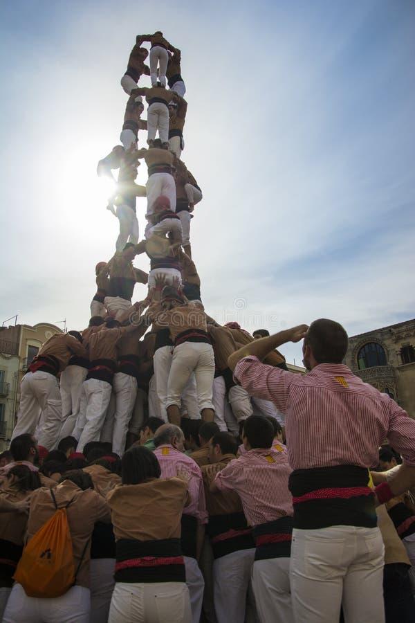 雷乌斯,西班牙- 2014年10月25日:Castells表现,卡斯特尔是在节日传统上建造的一个人的塔在卡塔龙尼亚 免版税库存照片