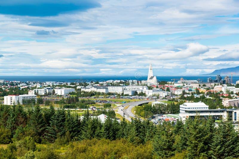 雷克雅未克与Hallgrimskirkja教会的市中心,从Perlan,冰岛的顶端鸟瞰图 免版税库存照片