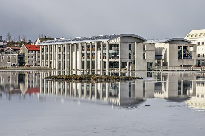 雷克雅未克市政厅和湖 图库摄影